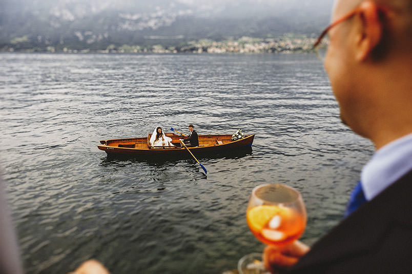 Lake Como, Bellagio (Poncetta), wedding at Villa Corte del Lago: the newlywedds arriving with their rowing boat.