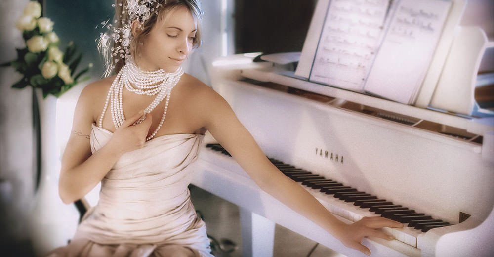Vintage wedding_ bride at the white piano
