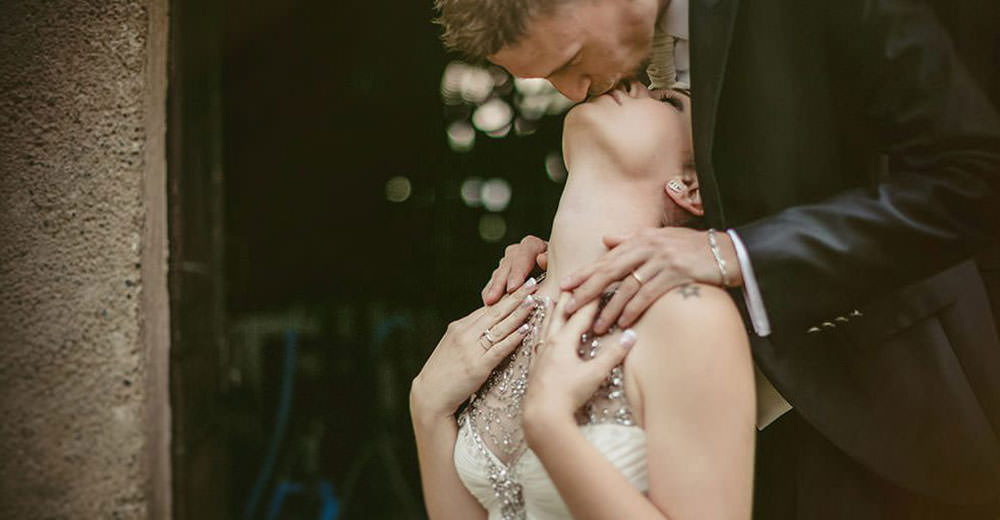 Mulino dell'Olio, wedding photographer. A romantic shooting of a couple kissing.
