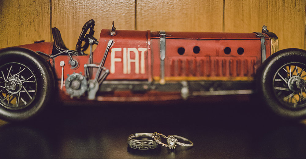 Wedding: vintage rings with a vintage FIAT toy car