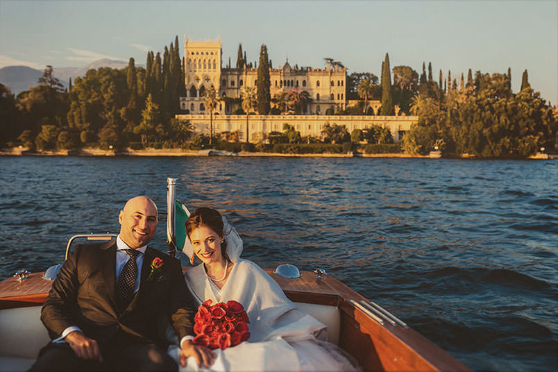 Wedding: bride an groom on the boat, at Isola del Garda