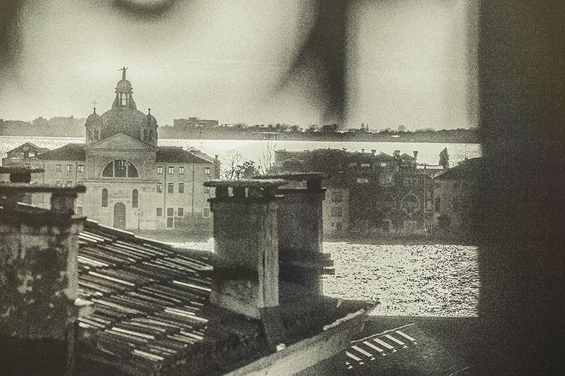 Venice: unconventional wedding photography. Glimpse of the Giudecca amongst the roofs of Venice.