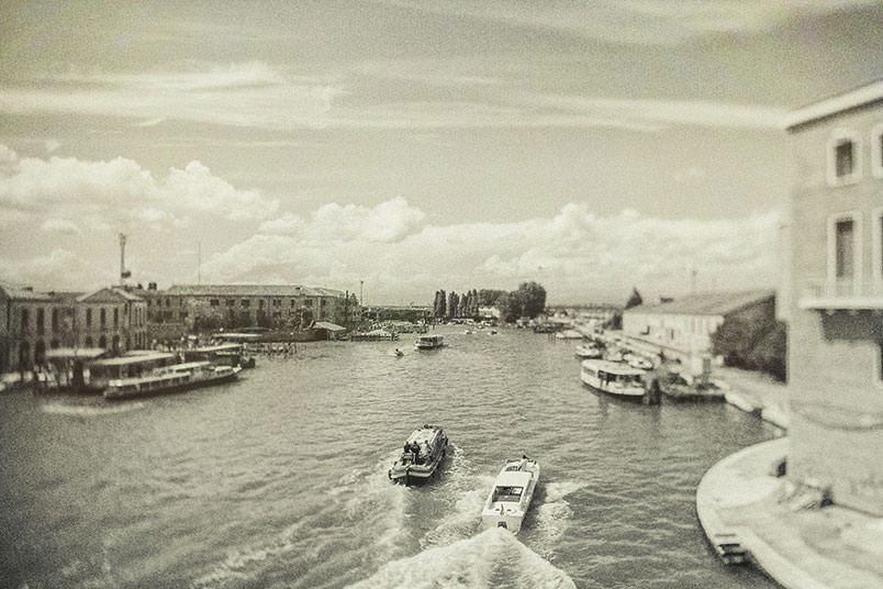 Venice: unconventional wedding photography. Landscape from a bridge.