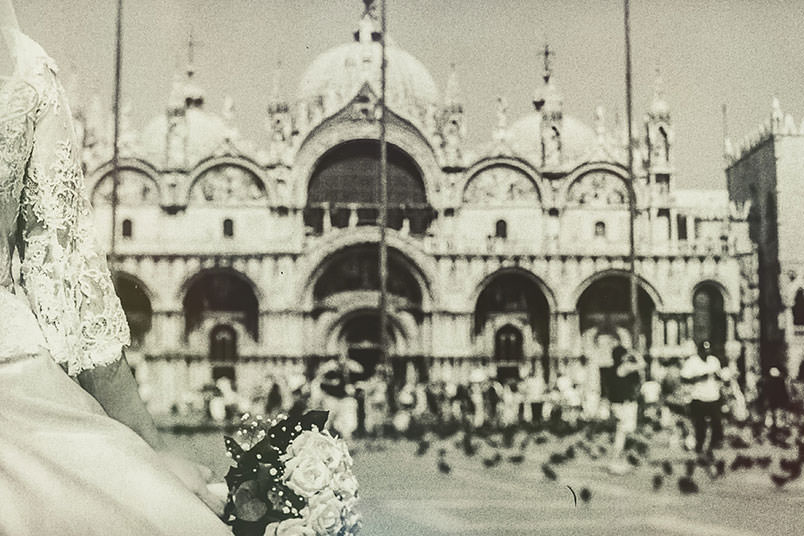 Venice: unconventional wedding photography. The bride's bouquet. Piazza san Marco.