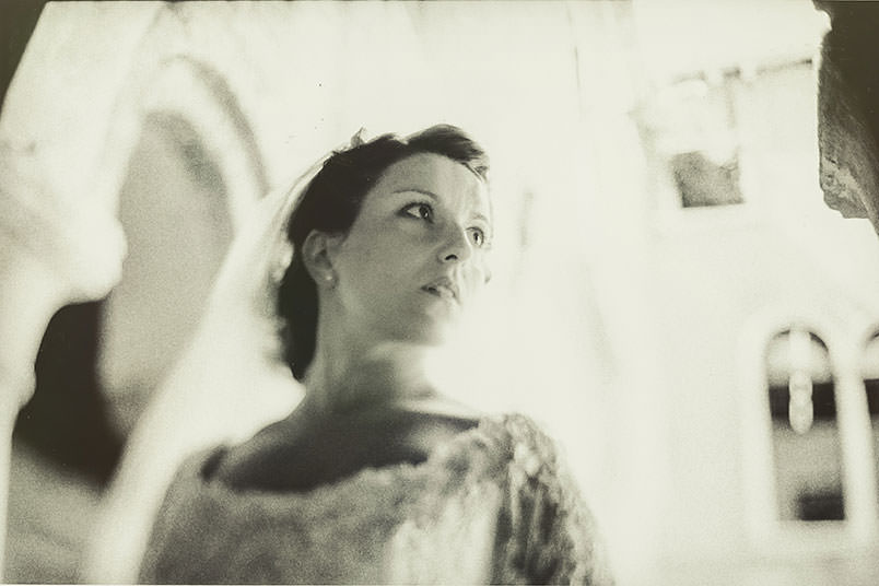 Venice: unconventional wedding photography. The bride. Portrait. Freelensing style.