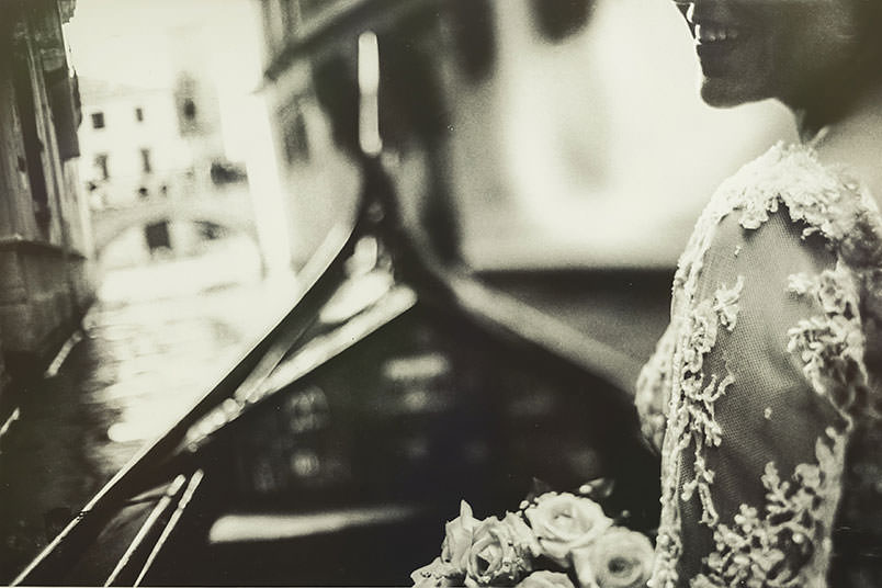 Venice: unconventional wedding photography. The bride on the gondola.