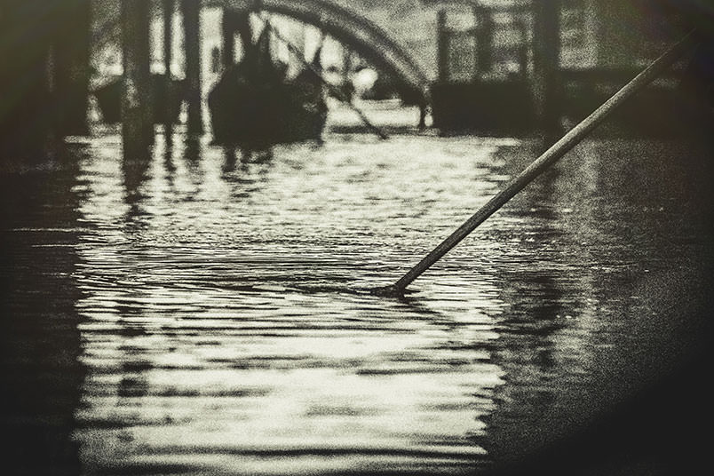 Venice: unconventional wedding photography. Gondolas and an oar.