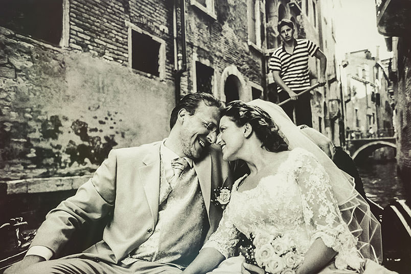 Venice: unconventional wedding photography. The couple on the gondola.