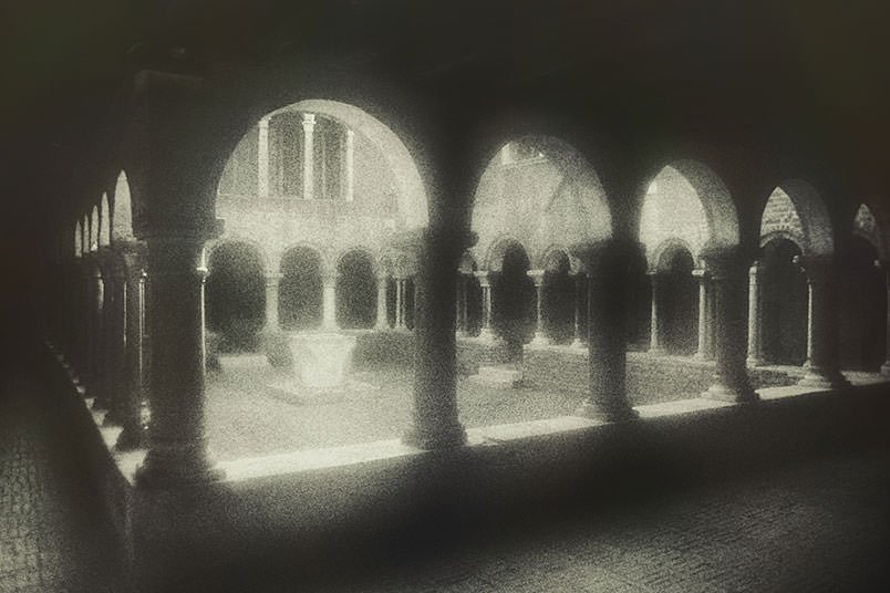 Venice: unconventional wedding photography. The cloister of St. Apollonia.