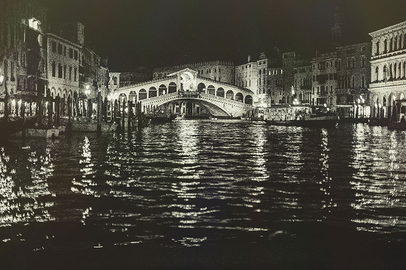 Venice: unconventional wedding photography. Rialto in the night.