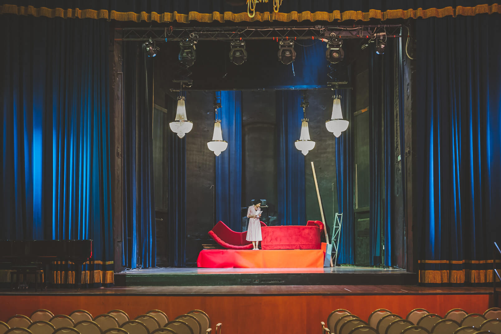 Caterina Lostia inside the Teatro Alberti during the survey for this 60s mood wedding.