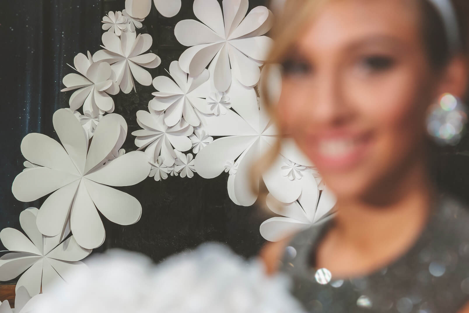 60s mood paper flowers and wedding decorations by Chicapui at the wedding ceremony venue.